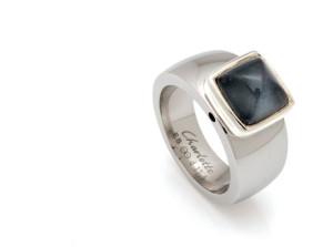 Stalen ring van Charlotte met daarom een zilveren, vierkante kop met een hematiet onder bergkristal