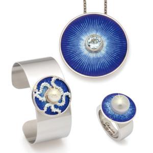 Een ring, hanger en armband van Charlotte met blauw emaille, parels en Aquamarijn